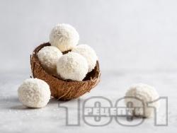 Лесни домашни кокосови топчета / бонбони Рафаело с жълтъци, захар и кокосови стърготини - снимка на рецептата